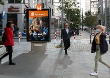 Pyszne.pl niestandardowo wzmacnia kampanię na citylightach Clear Channel